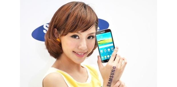 Model holding Galaxy S5